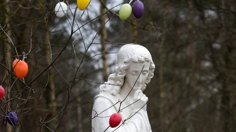 Mary Magdalene, statue, Easter eggs