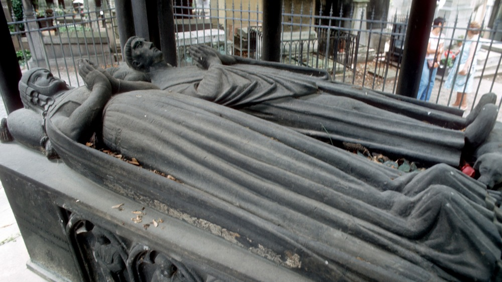 Tomb of Abelard and Heloise with statues praying